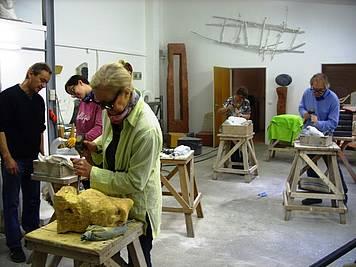 Annelene im Bildhaueratelier während eines Kurses