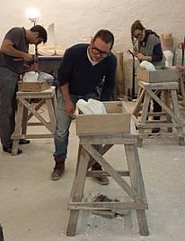 Harmen aus Holland arbeitet konzentriert an seiner Form