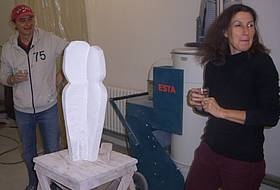 Christiane Messerschmidt mit ihrer Skulptur