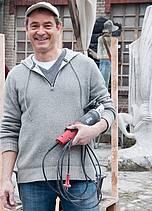 Der Bildhauer Peter Rosenzweig mit Marmorskulptur