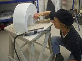 Die Bildhauerin Katrin Pfister-Rosenzweig mit Marmor-Skulptur