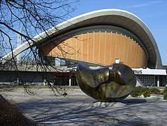 """Berliner Kongresshalle (""""Schwangere Auster"""") mit Skulptur von Henry Moore"""