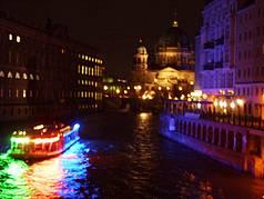 Schiffsfahrt bei Nacht durchs Regierungsviertel